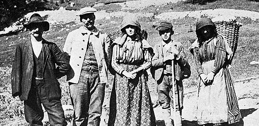 Operai e portatrici sullo Spiz Zuel (foto Archivio A. Alpago Novello)