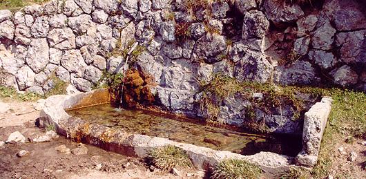 Fontana costruita dai militari sullo Spiz Zuel (foto Archivio Musizza e De Donà)